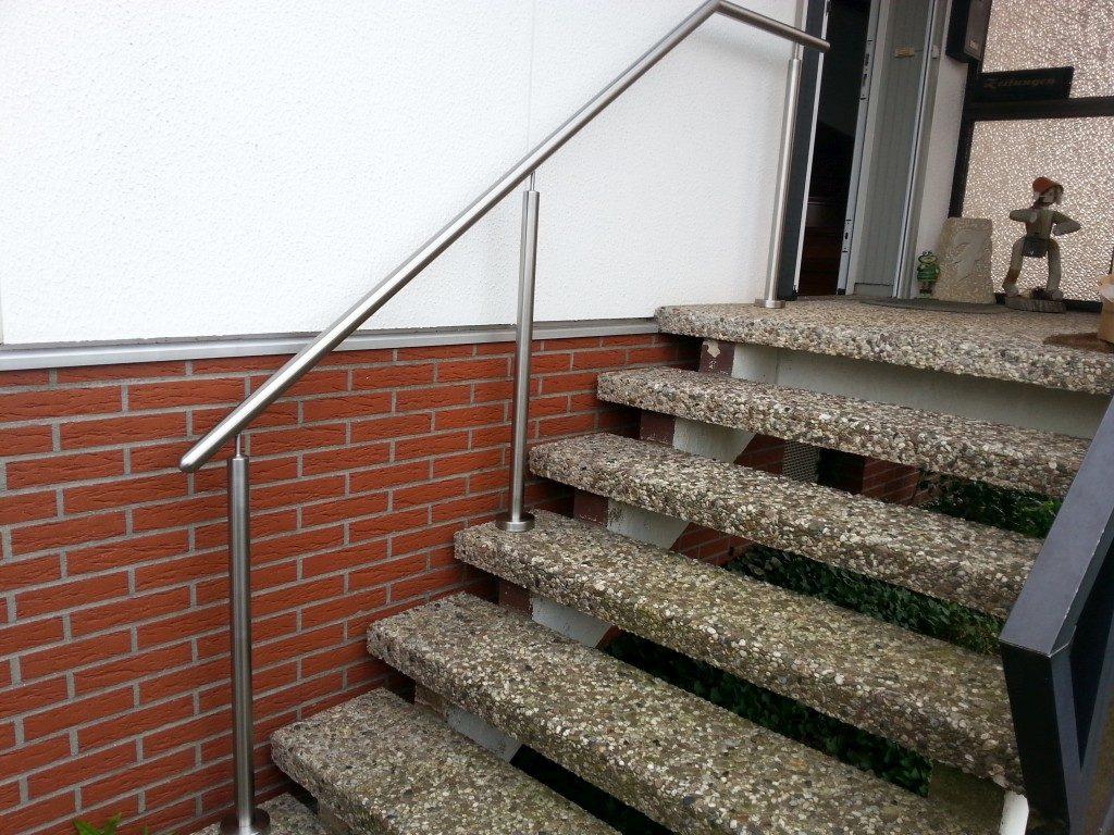 Geländer aus Metall und Treppe aus Stein für den Aussenbereich