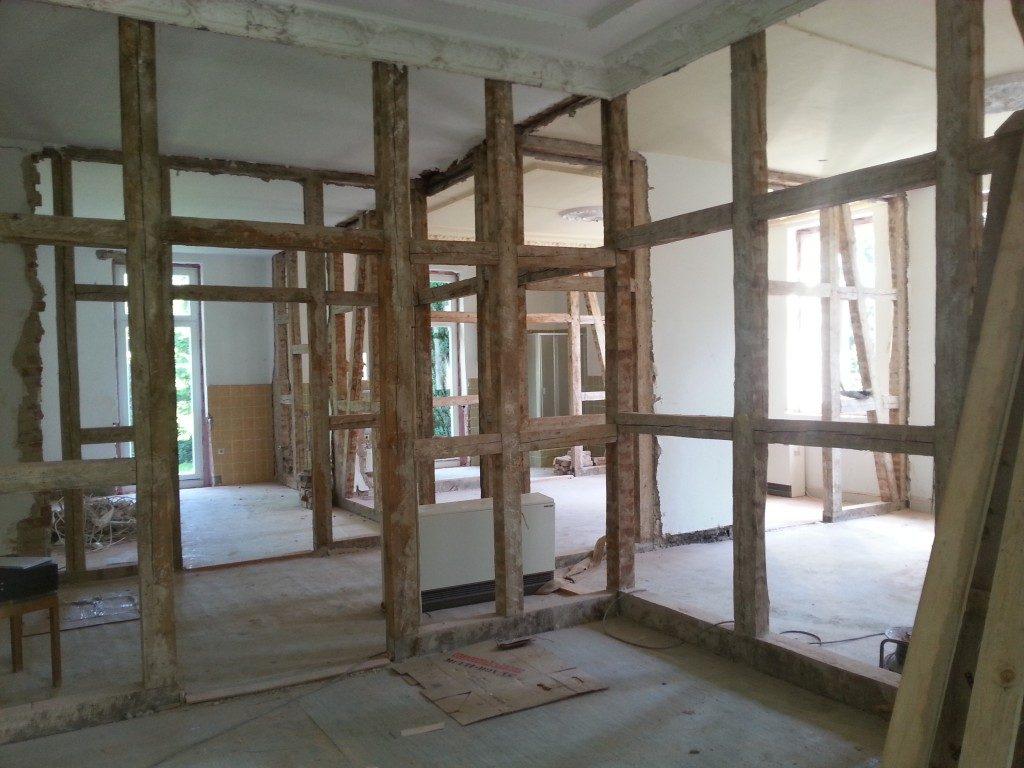 Erneuerung der Wände und Holzbalken