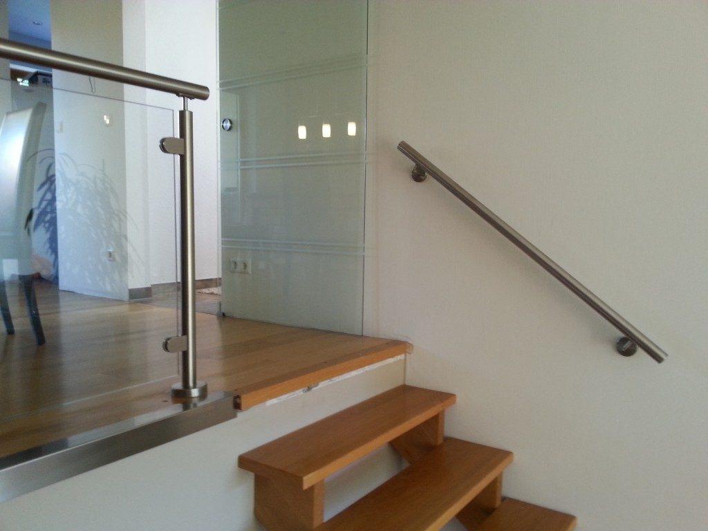Treppe aus Holz und Geländer aus Metall