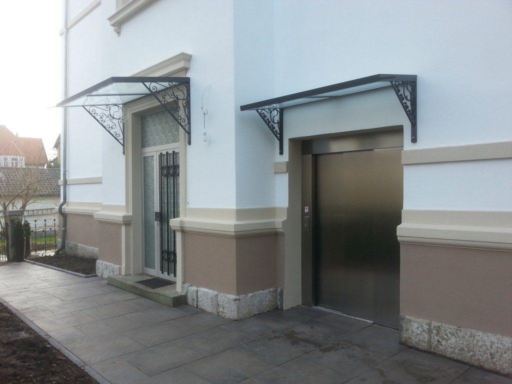 Überdachung aus Metall und Glas