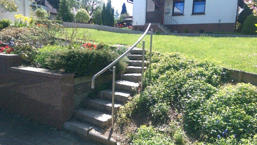 Kleine Treppe für den Garten mit Geländer