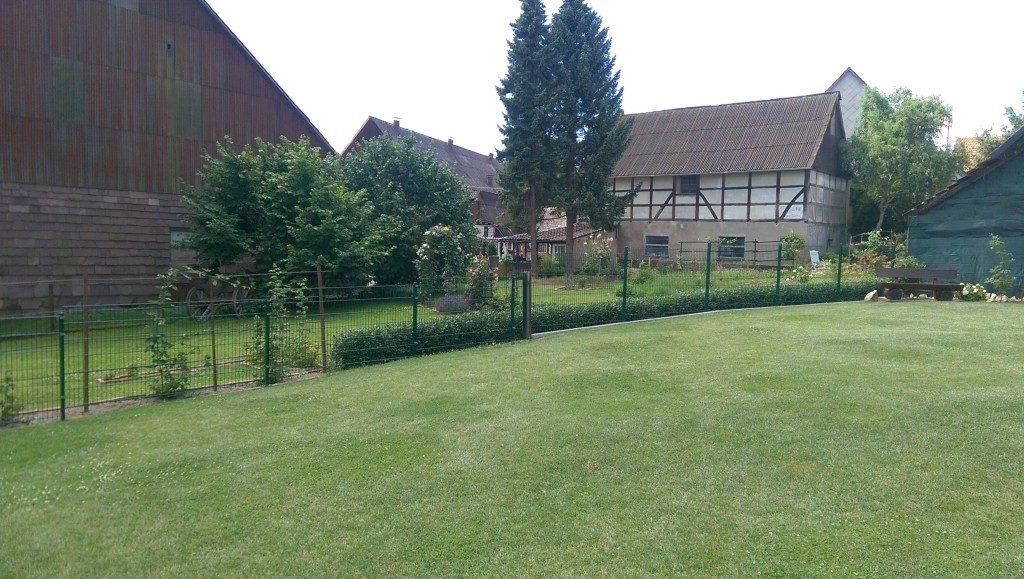 Grüner Metallzaun für den Garten